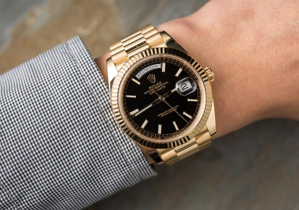 The 18ct gold fake watch has a black dial.