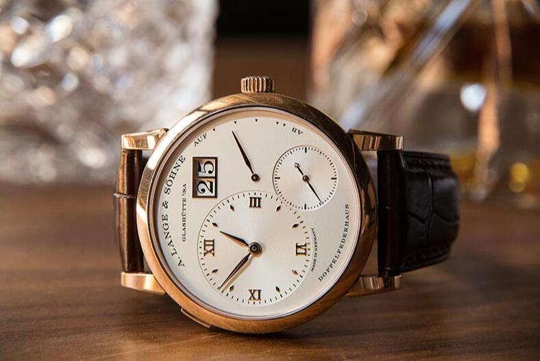 The 18k gold fake watch is designed for men.